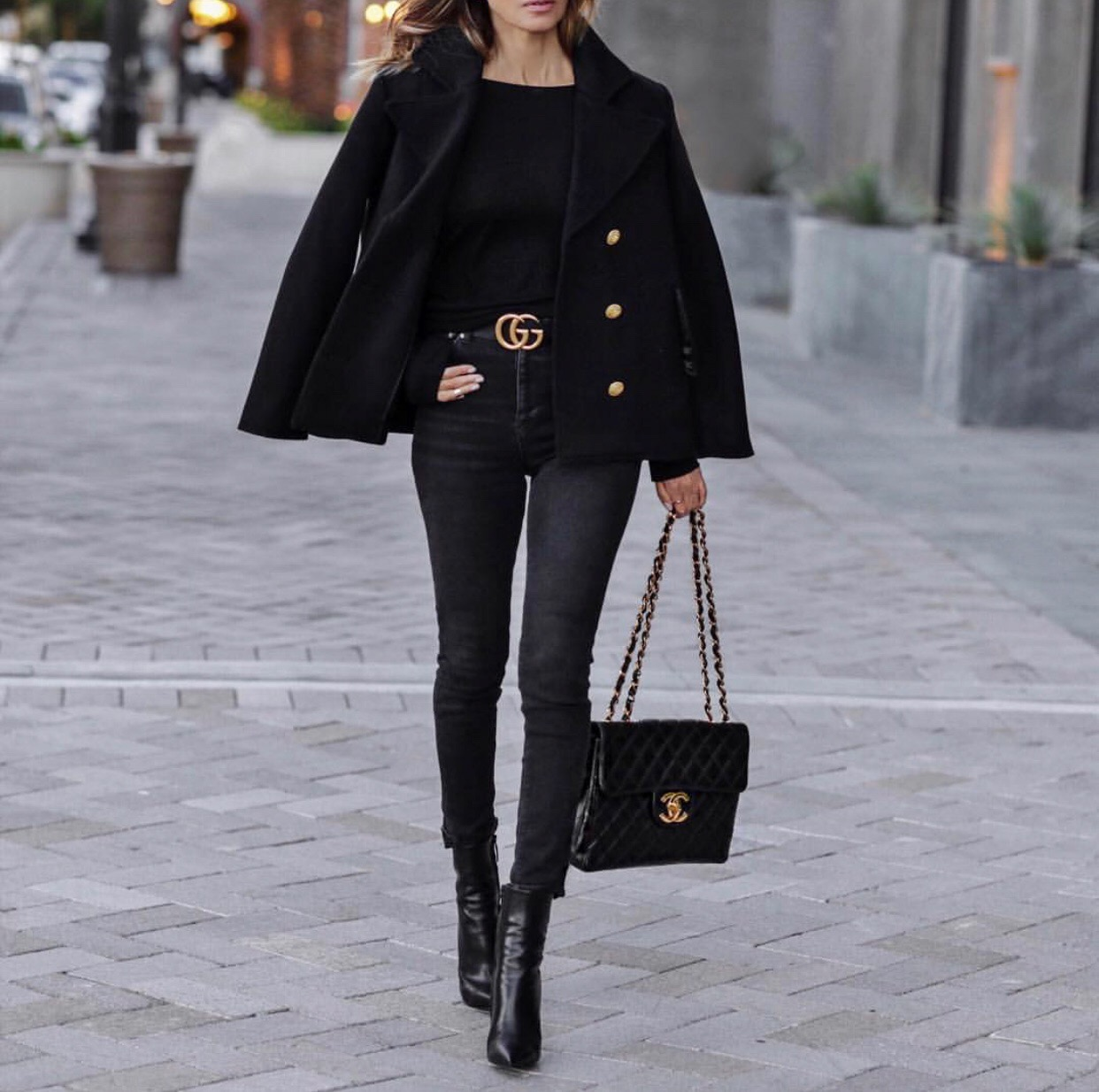 date night outfit ideas, black skinny jeans, black boots, black coat // lolariostyle.com